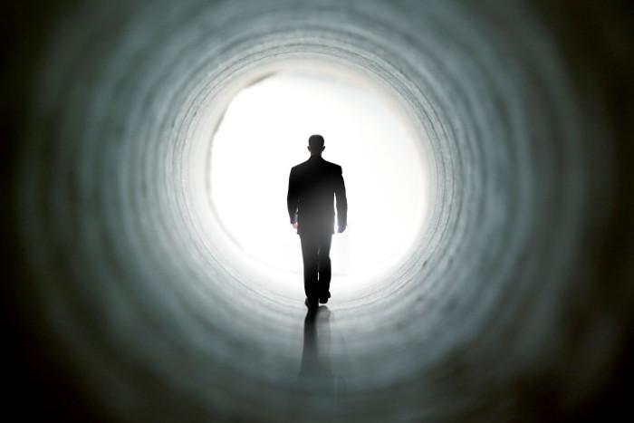 Sau khi chết lâm sàng, nhiều bệnh nhân nói nhìn thấy đường hầm và ánh sáng chói lòa.