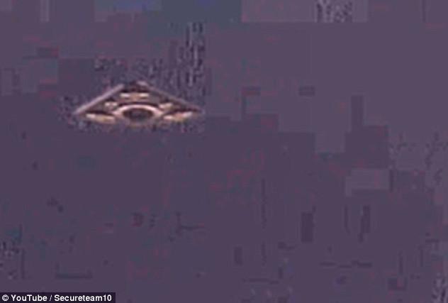 Nhóm Secureteam 10 đã phát hiện ra ba luồng sáng lạ trong bức ảnh chụp cảnh tàu Apollo 12.