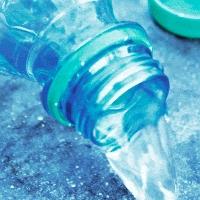 90% chúng ta không biết đổ nước ra khỏi chai nhựa đúng cách