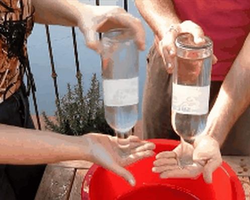 Cách đổ nước ra khỏi chai nhựa đúng cách.