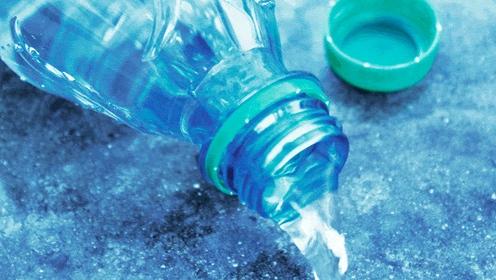 Rót nước ra ngoài bằng cách để nghiêng chai.