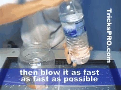 Chỉ mất 2 giây để đổ hết nước trong chai nhựa.