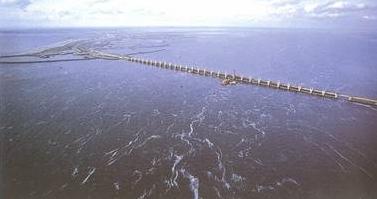 Hệ thống đê kéo dài ra biển.