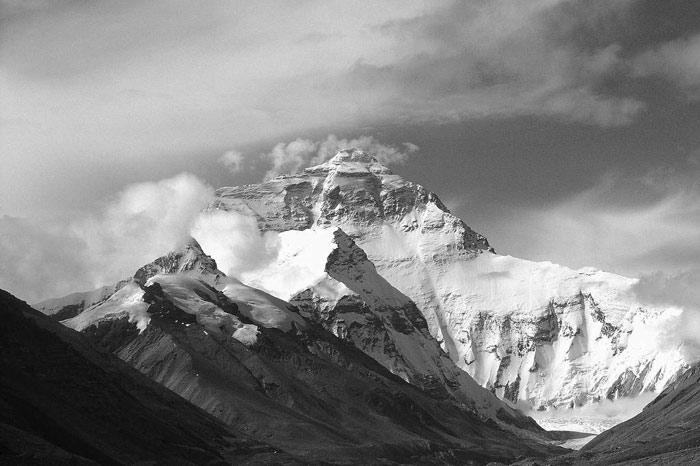 Có khoảng 200 người đã chết trên núi Everest. Những xác chết đang được sử dụng như là điểm mốc cho những người leo núi khác.