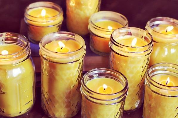 Nến sáp ong thân thiện với môi trường, không thải ra bất kỳ hóa chất độc hại nào.