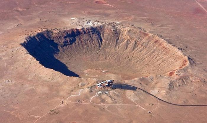Miệng hố do một thiên thạch đường kính 50 m tạo ra ở Arizona, Mỹ cách đây 50.000 năm.