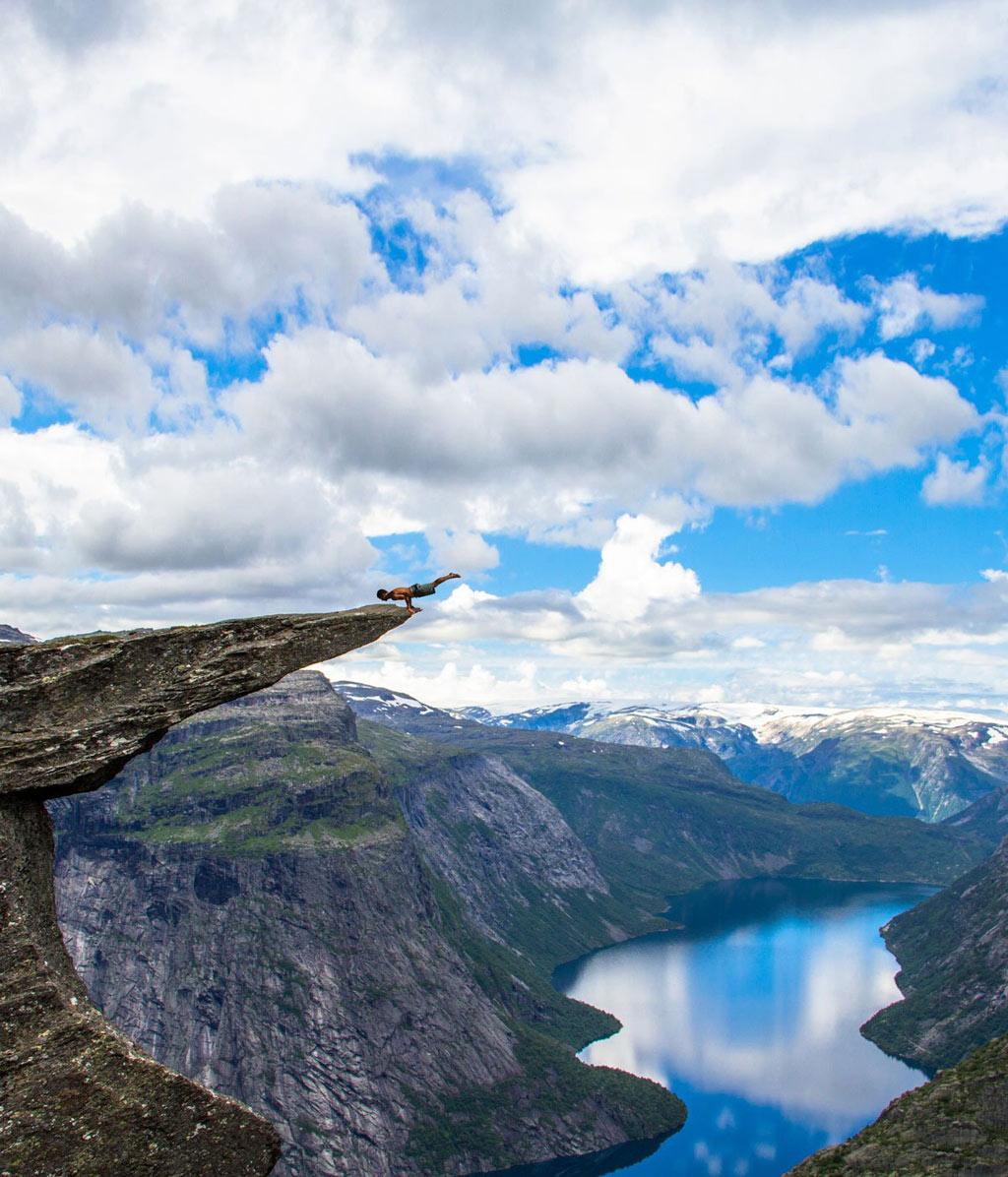 Trolltunga, một mỏm đá ở Na Uy nổi tiếng thế giới với góc nhìn cực đẹp, bầu trời bao la ôm trọn lấy nhánh sông dài chạy quanh co đến vô tận