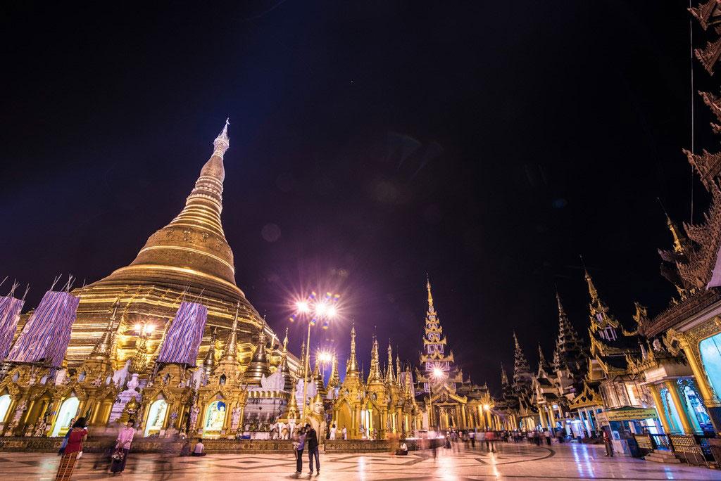 Chùa vàng Shwedagon lộng lẫy trong ánh đèn ban đêm ở thành phố Yangon. Đây là một trong những công trình tâm linh quan trọng nhất của người Myanmar.