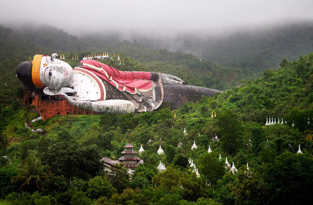 Tượng Phật nằm khổng lồ ở chùa Win Sein Taw Ya, Mudon. Bên trong tượng, các cầu thang, hành lang, ban thờ đan cài như một mê cung.