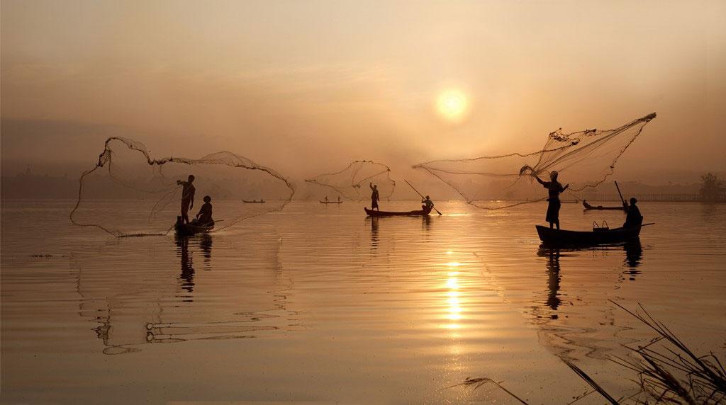 Ngư dân tung lưới đánh cá trong ánh hoàng hôn ở Amarapura.