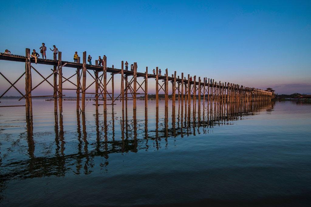 U Bein, cầu gỗ dài nhất thế giới, bắc qua hồ Taungthaman. Đây là một trong những địa điểm chụp ảnh được du khách yêu thích nhất ở Myanmar.