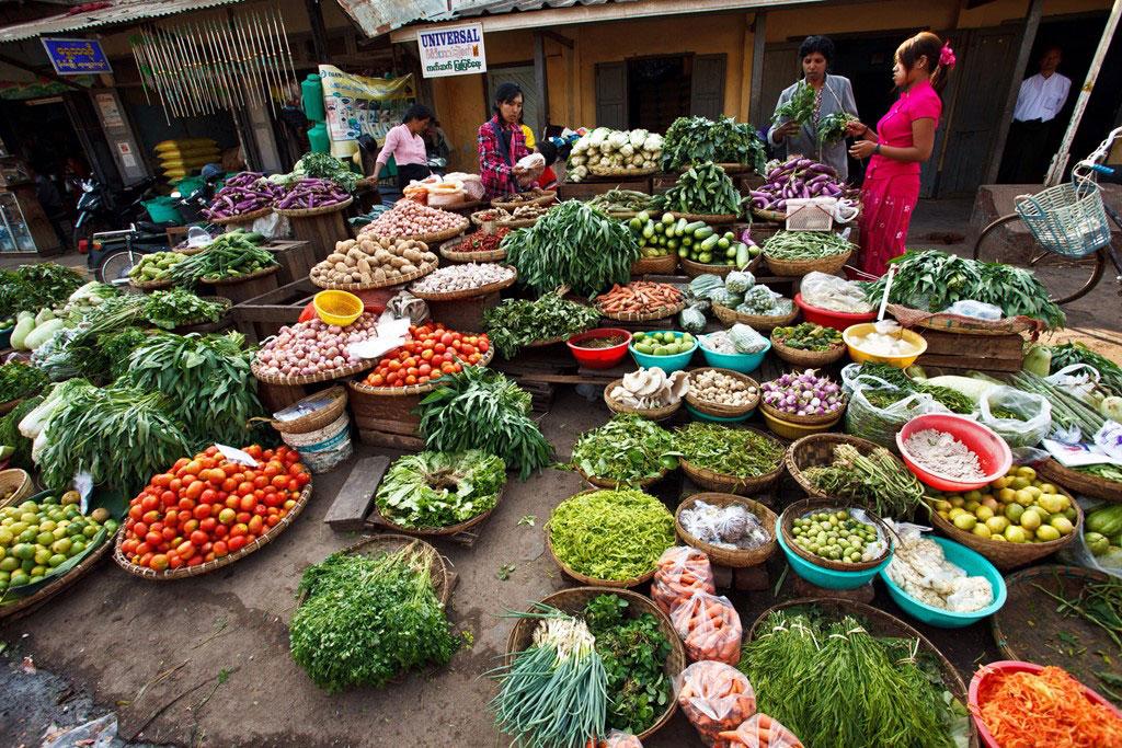 Khu chợ ở thị trấn Pyin Oo Lwin, cao nguyên Shan, phía đông Mandalay, nổi tiếng với các loại rau củ, hoa quả tươi ngon được trồng quanh vùng.
