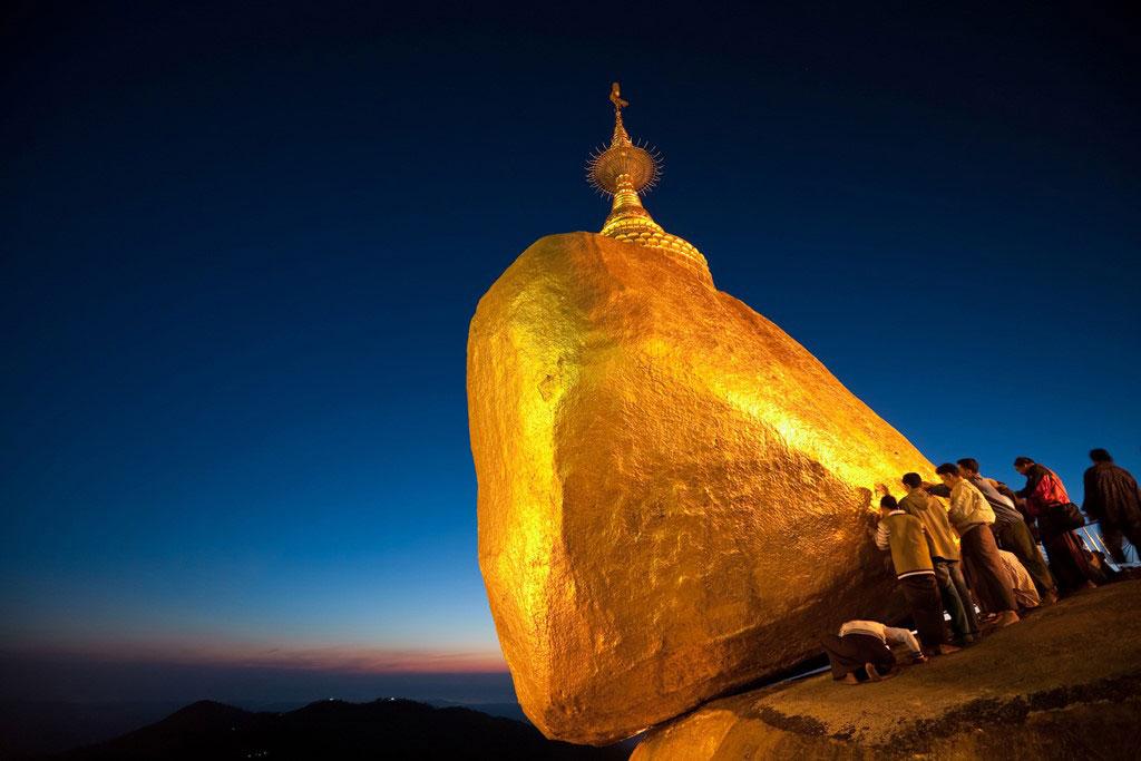 Chùa Kyaikhtiyo (Chùa Đá Vàng) nổi tiếng ở Thaton, được cho là có chứa 3 sợi tóc của Phật.