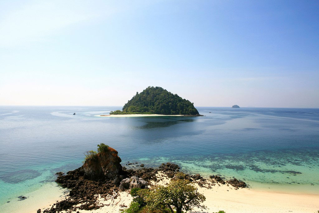 Quần đảo Myeik là điểm đến mới nổi của Myanmar, với hơn 800 đảo lớn nhỏ. Quần đảo này có nhiều bãi biển cát trắng, những rạn san hô tuyệt đẹp, hệ động thực vật phong phú