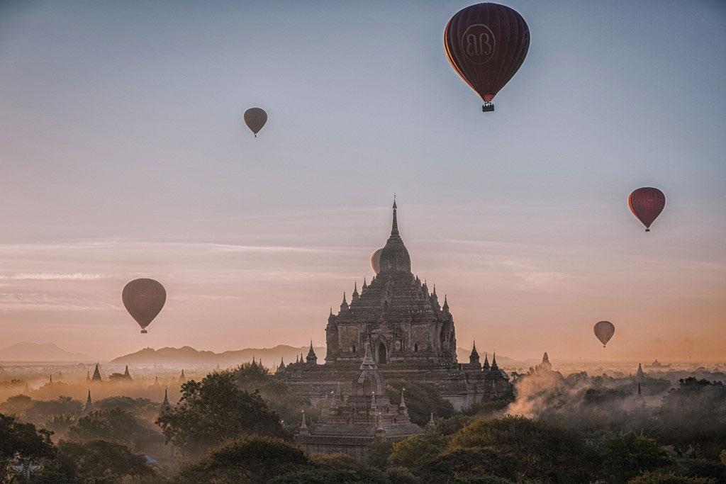 Khinh khí cầu đưa du khách chiêm ngưỡng Bagan huyền ảo trong sương sớm.