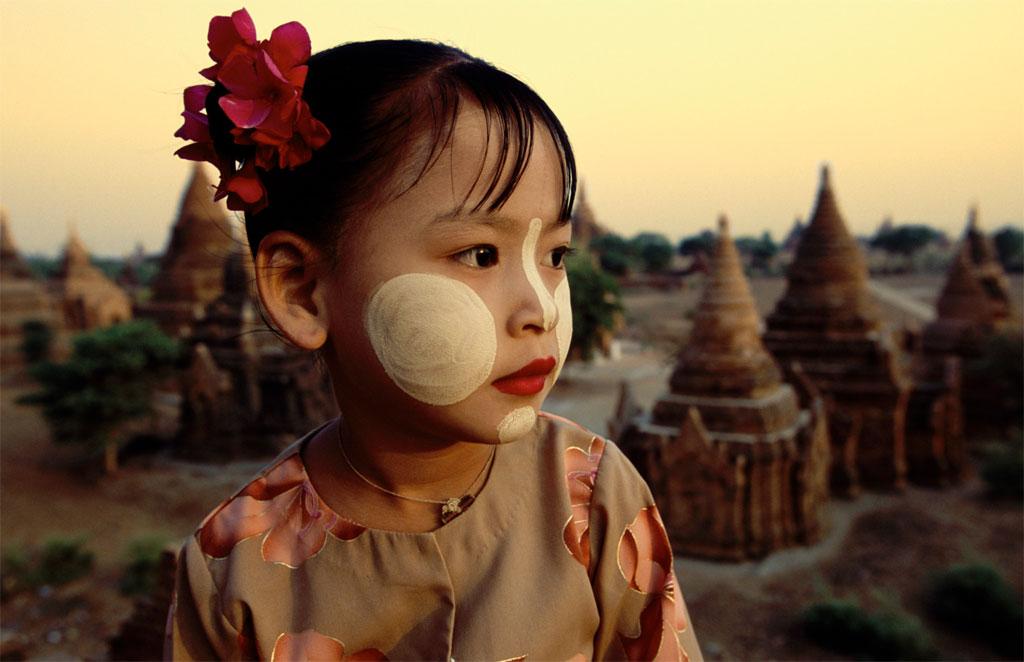 Cô bé người Myanmar với gương mặt bôi đất thanaka truyền thống.