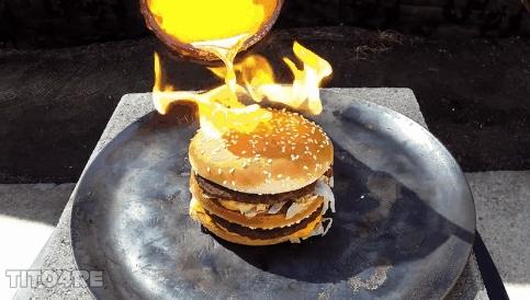 Chiếc bánh dường như vẫn còn nguyên vẹn, chỉ cháy xém chút xíu!
