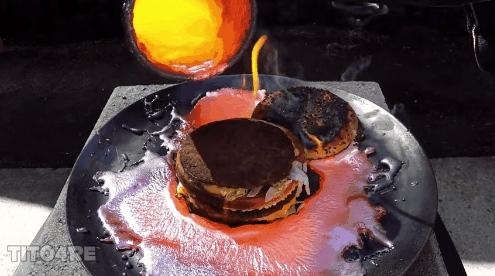 """Ngay cả sau khi bỏ miếng bánh mì phía trên, miếng thịt trong bánh Hamburger cũng dường như """"miễn nhiễm"""" với đồng nóng!"""