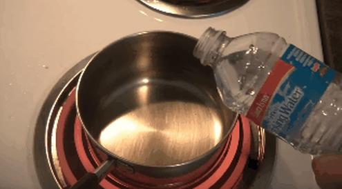 """Giọt nước này không bốc hơi ngay mà thậm chí """"chạy lăng xăng"""" trong chiếc chảo nóng 200 độ nhờ lớp hơi cách nhiệt phía dưới."""