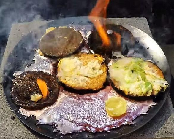 Chiếc bánh Hamburger không hề bị tan chảy khi đổ đồng nóng chảy lên.