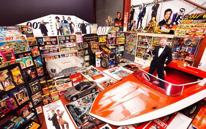 Anh Nick Bennett, 47 tuổi, đến từ nước Anh, nắm giữ kỷ lục về bộ sưu tập gồm 12.463 món đồ liên quan tới chàng điệp viên James Bond.