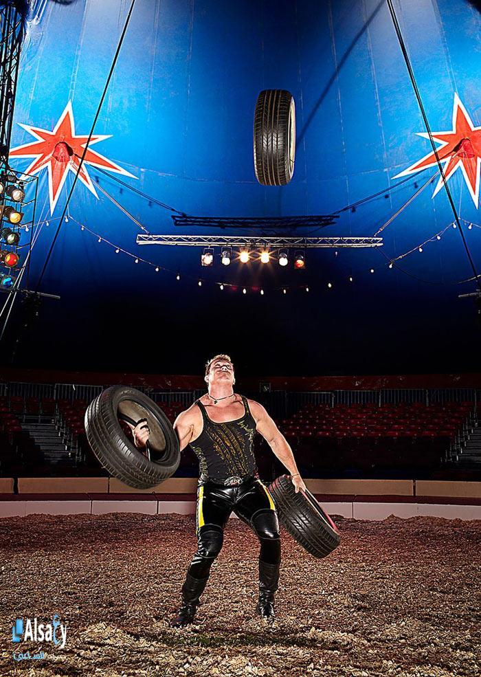 Anh Denys Ilchenko, người Ukraina có thể tung hứng 3 chiếc lốp ô tô nặng 26,98 kg. Tài năng này của anh đã được ghi nhận trong sách kỷ lục Guinness Thế giới.