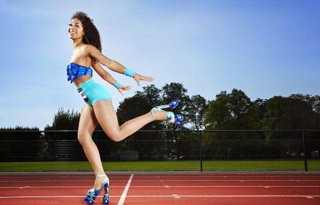 Chị Marawa Ibrahim xác lập lỷ lục chạy 100 m bằng giày cao gót có gắn bánh xe. Chị chỉ cần 21,6 giây để hoàn thành nhiệm vụ