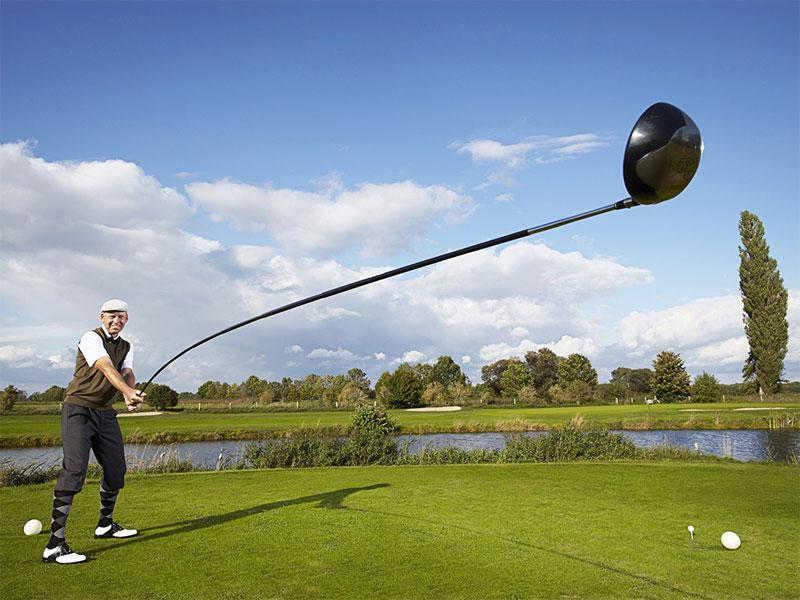 """Cây gậy chơi golf dài 4,37 m được ghi vào sách kỷ lục Guinness Thế giới. Tay golf chuyên nghiệp Karsten Maas, 46 tuổi, đến từ Đan Mạch, là người """"cầm cương"""" cây gậy khổng lồ này để đánh quả golf bay xa 165,4 m."""