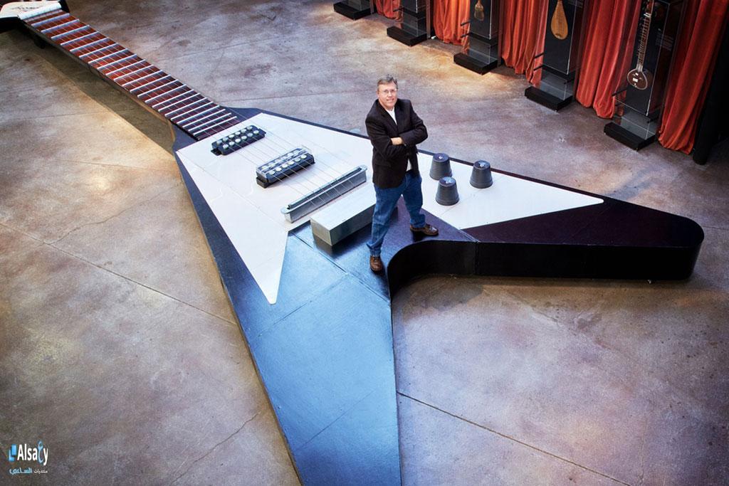 Một kỷ lục khác liên quan tới kích thước khổng lồ - đàn ghita cao 13,29 m, rộng 5,01 m, nặng 907 kg. Nó lớn gấp 12 lần so với đàn thông thường. Những sinh viên ở Conroe, Texas, Mỹ đã tiêu tốn hơn 70 triệu đồng để hoàn thành cây đàn.