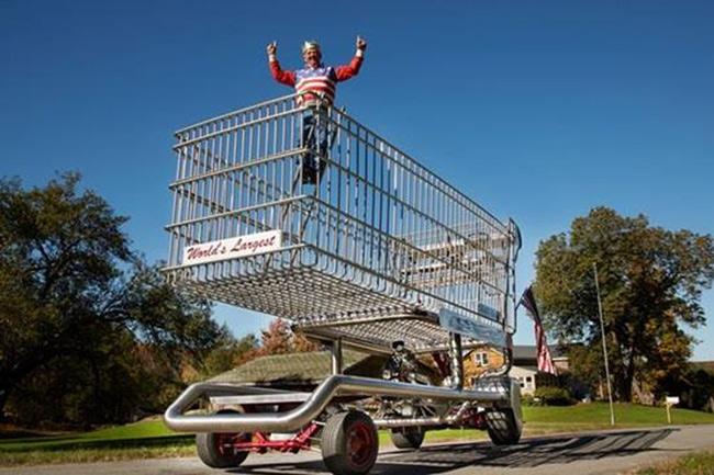 Bạn cần số tiền rất lớn mới có thể mua đủ hàng hóa chất đầy chiếc xe này. Nó cao tới 4,57 m và rộng 2,43 m, dài 8,23 m. Chú Frederick Reifsteck, đến từ Mỹ, là người đã chế tạo ra chiếc xe đẩy trong siêu thị này.