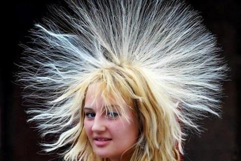 Tóc bị dựng đứng vào những ngày thời tiết hanh khô.