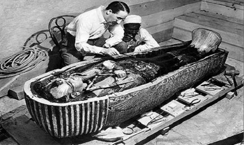Howard Carter mở quan tài của pharaoh Tutankhamun gần Luxor, Ai Cập.