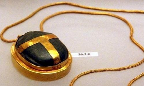 Một chiếc dây chuyền tim bọ hung.