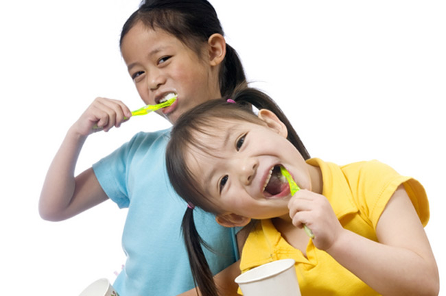 Vệ sinh răng miệng hàng ngày để phòng viêm họng cấp.