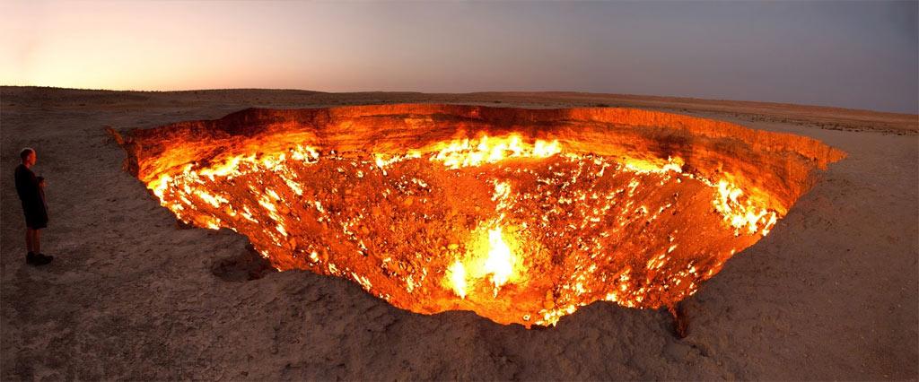 Cổng Địa ngục ra đời năm 1971, khi các kỹ sư thăm dò dầu mỏ của Liên Xô tiến hành khoan tại khu vực gần Derweze, Turkmenistan, vì tin chắc có dầu dưới mặt đất. Mũi khoan làm nền đất sụp xuống, tạo thành miệng hố lớn, nơi khí gas tự nhiên phụt lên. Các nhà địa chất lo sợ khí gas sẽ gây hại cho người dân địa phương nên đã đốt hố nhằm ngăn khí gas lan rộng, nhưng không ngờ miệng hố vẫn bốc cháy đến tận ngày nay.
