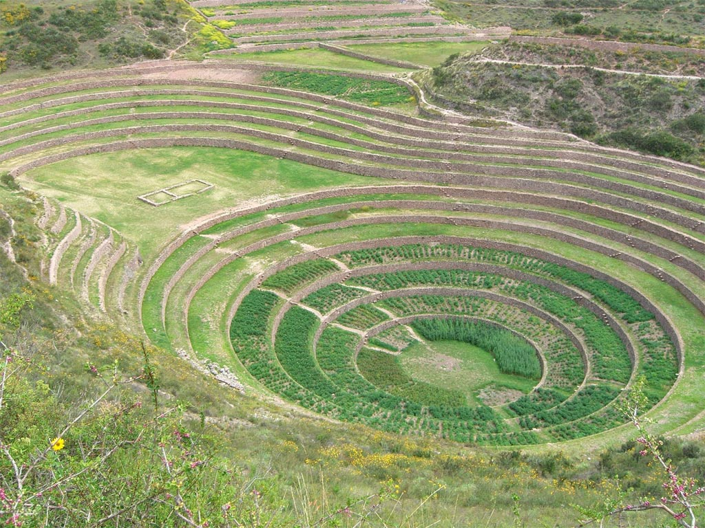 Moray là một di tích khảo cổ ở phía đông nam Peru, cách Cuzco 50 km về hướng đông bắc, do nền văn minh Inca xây dựng. Công trình bao gồm nhiều hố lõm hình tròn nối với nhau bằng những bậc thang. Hố lớn nhất sâu khoảng 150 m. Người Inca có thể sử dụng chúng để nghiên cứu nông nghiệp.