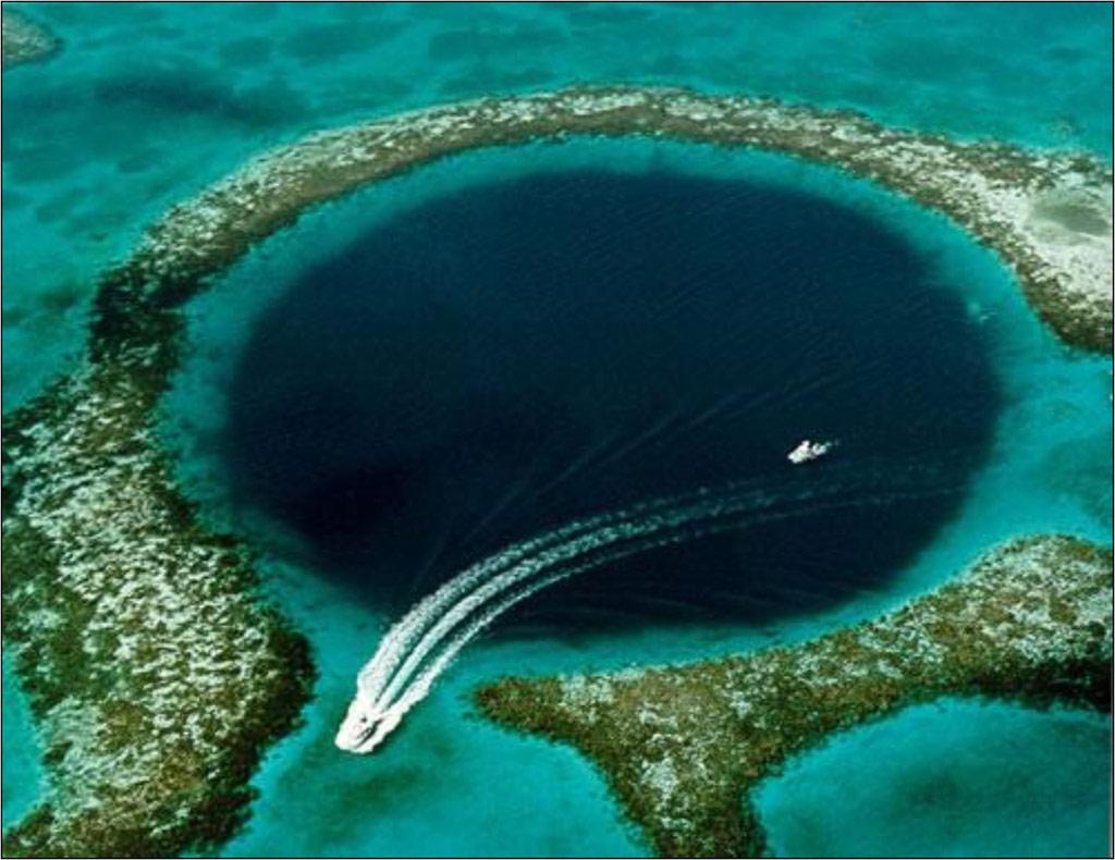 Hố xanh lớn là một hố sụt dưới nước ở ngoài khơi Beliza. Hố rộng 300 m và sâu 125 m, là hố sụt dưới nước lớn nhất thế giới. Nó hình thành trong những sự kiện băng hà cách đây hơn 150.000 năm.