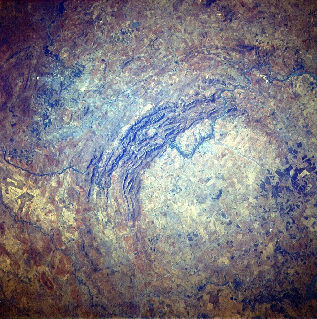 Miệng hố Vredefort xuất hiện khi một thiên thạch đâm xuống Trái Đất cách đây khoảng hai tỷ năm. Đây là miệng hố ra đời do va chạm lớn nhất được ghi nhận trên Trái Đất. Theo các nhà nghiên cứu, nó có đường kính 300 km khi mới hình thành.