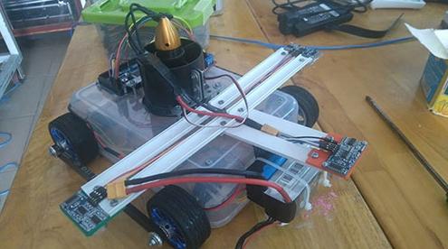 Sản phẩm robot lau kính thông minh.