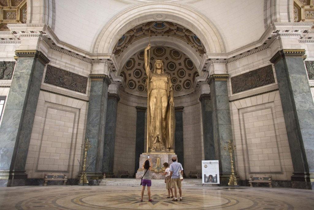 La Estatua de la República, nằm trong tòa nhà El Capitolio, là bức tượng trong nhà lớn thứ 3 thế giới.
