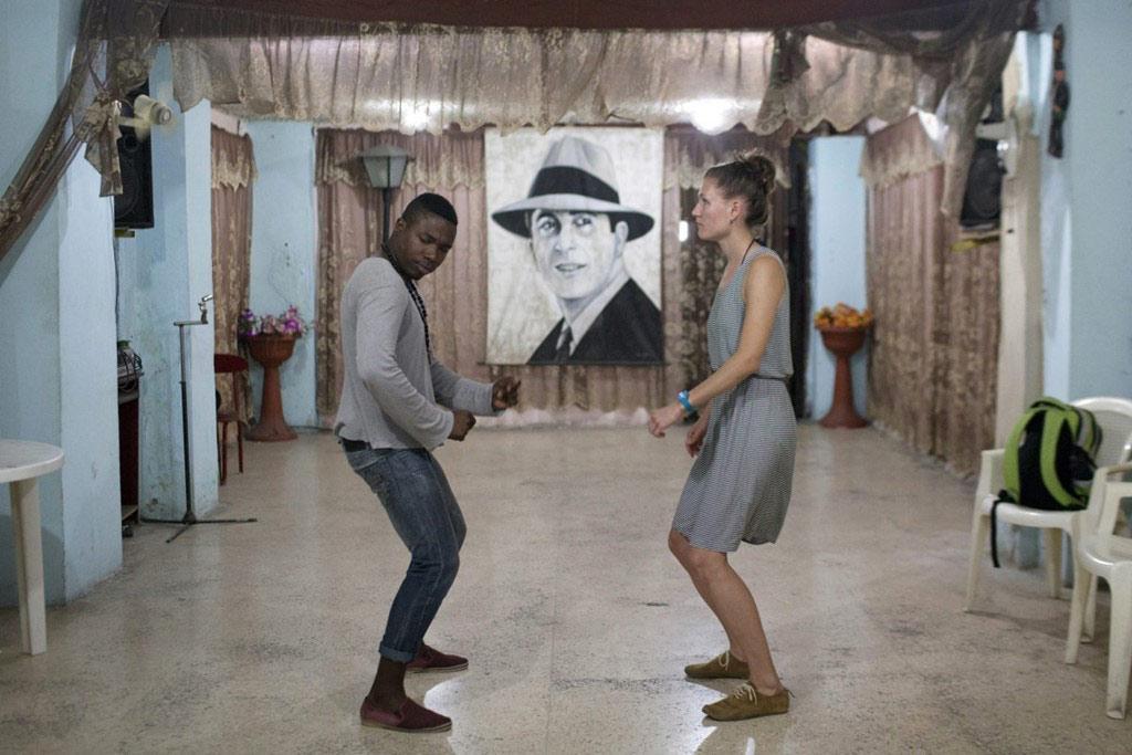Ariel Dominguez, giáo viên dạy nhảy salsa, hướng dẫn cho một học viên.