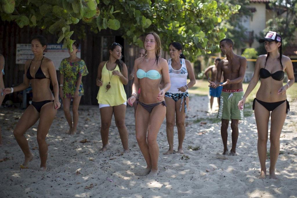 Các lớp học salsa được tổ chức trên bãi biển ở Varadero.