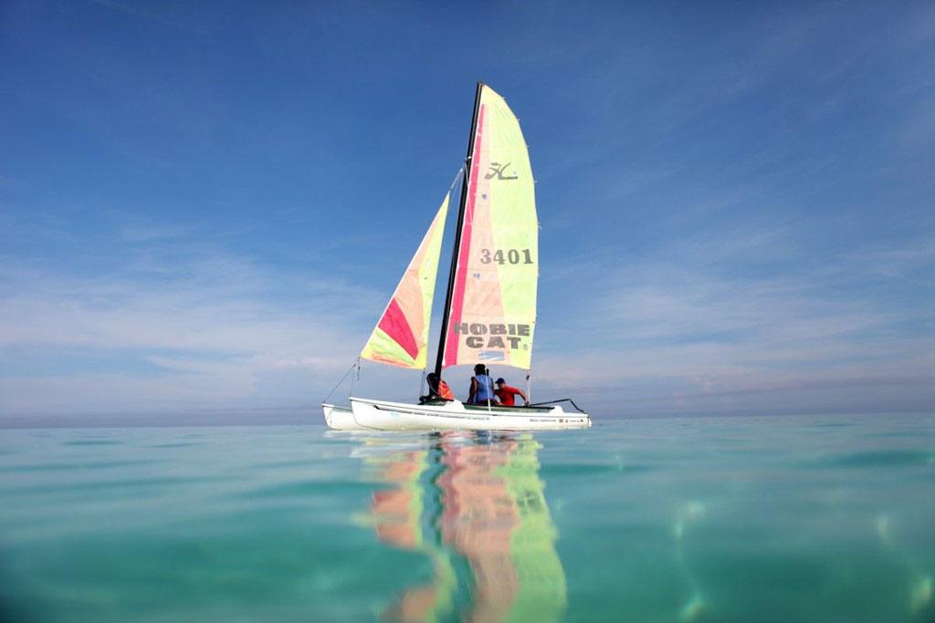 Ngoài ra, bạn có thể thuê thuyền buồm để khám phá vùng biển này.