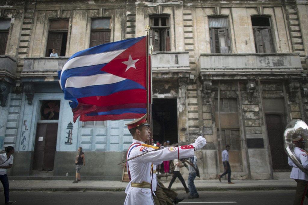 Người lính Cuba dẫn đầu một đoàn diễu hành tưởng niệm những học sinh đã thiệt mạng trong cuộc chiến chống lại Tây Ban Nha.