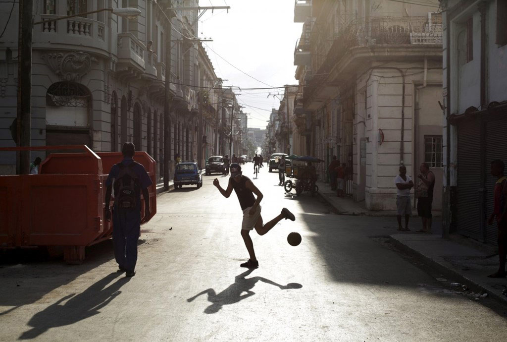 Bóng đá là môn thể thao người dân Cuba yêu thích, được chơi cả trên đường phố.
