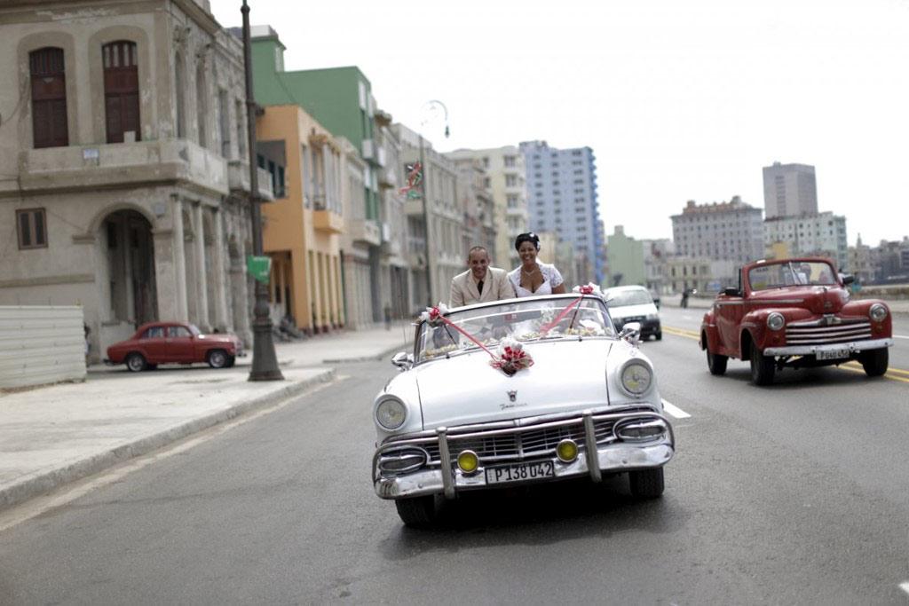 Xe cổ rất phổ biến ở Cuba, chủ yếu từ trước thời lệnh cấm vận có hiệu lực từ năm 1962. Hình ảnh những chiếc xe cổ đầy màu sắc giờ đã trở thành một đặc trưng của Cuba.