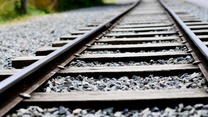 Một lớp đá dằn được dải dọc theo đường ray xe lửa.