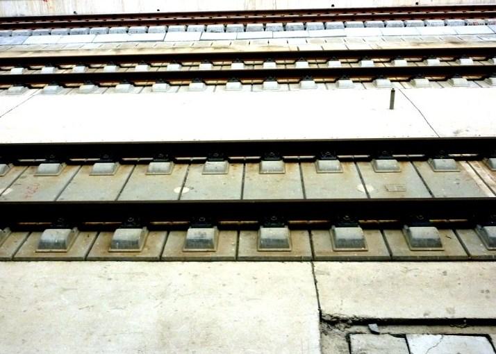 Hình ảnh đường sắt không cần dùng đá ba lát.