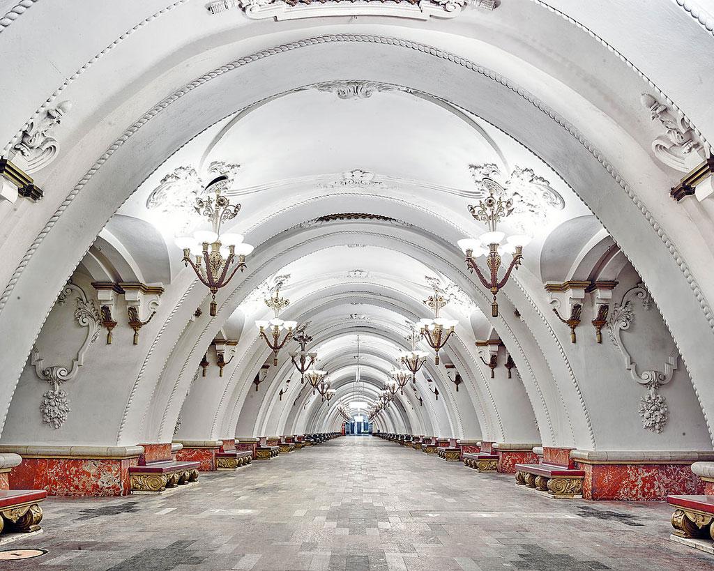 Ga Arbatskaya: Nhiếp ảnh gia David Burdeny đã dành thời gian chụp lại những ga tàu điện ngầm lộng lẫy nhất ở các thành phố lớn của Nga như Moscow và St. Peterburg. Trong đó, ga Arbatskaya được sơn trắng với phần chân tường đỏ nổi bật, các chùm đèn thắp sáng duyên dáng.