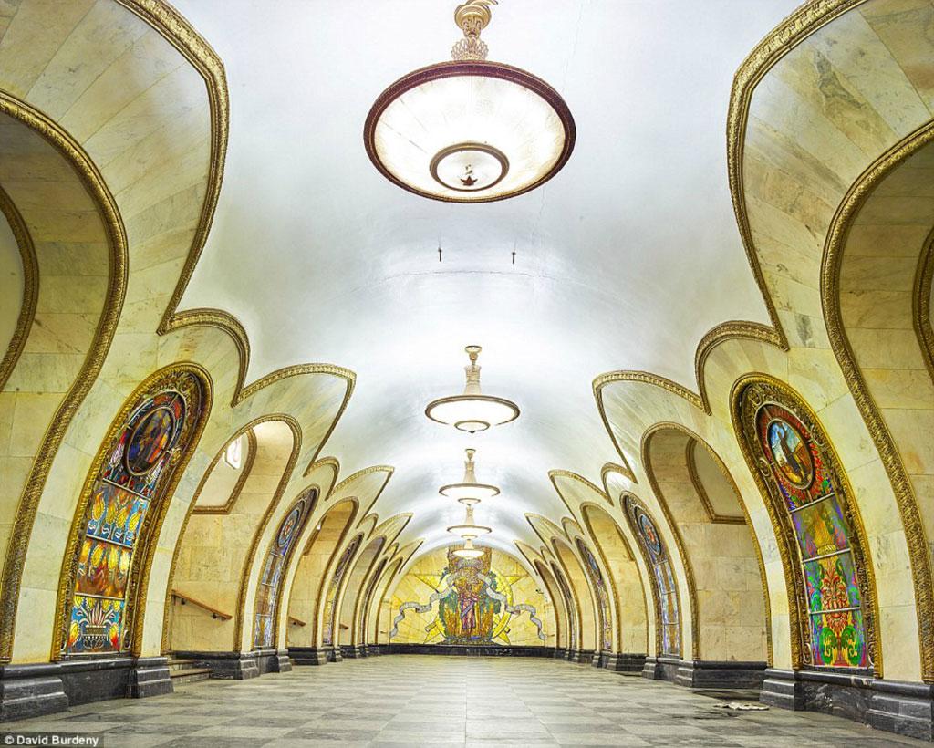 Ga Novoslobodskaya: Với 32 bức tranh kính màu của các nghệ sĩ Latvia, ga Novoslobodskaya có vẻ đẹp tinh tế nhưng không hề đơn điệu, nhàm chán.